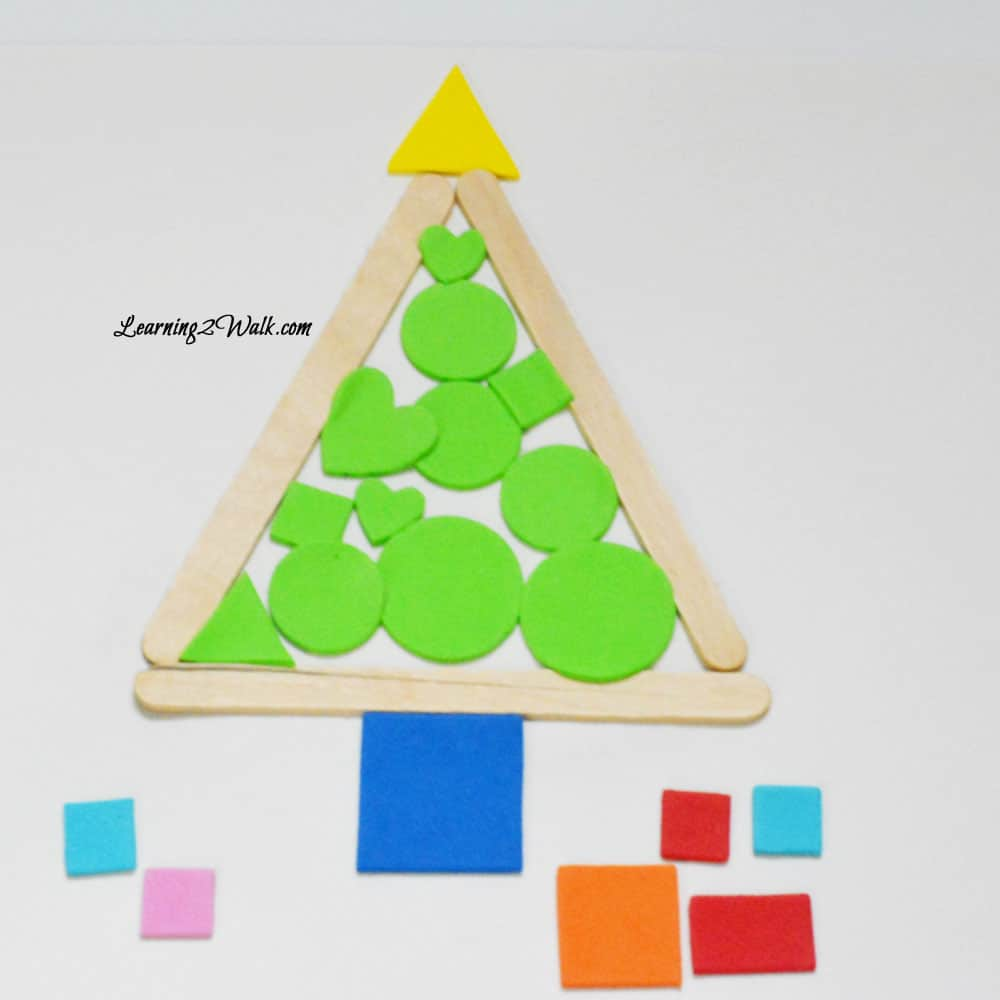 Christmas here we come! I love this simple chritmas crafts for kids- a christmas tree with stickers